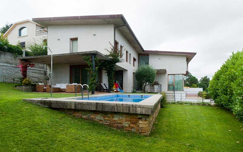 jardin-exterior-con-piscina