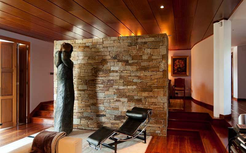 salon-con-muro-de-piedra